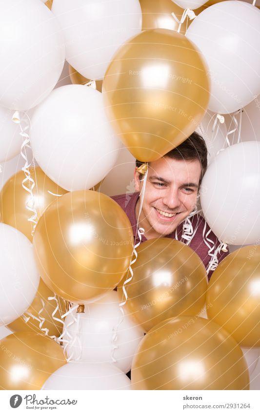 lächelnder Junge, der sich in den Ballons versteckt. Lifestyle Freizeit & Hobby Spielen Feste & Feiern Geburtstag Arbeit & Erwerbstätigkeit Beruf Karriere