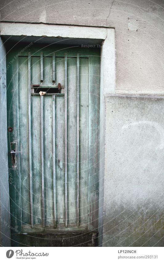 The Doors XVII Häusliches Leben Wohnung Haus Renovieren Wismar Altstadt Fassade Tür Holz alt kalt Eingangstür Griff Altbauwohnung verfallen Farbfoto