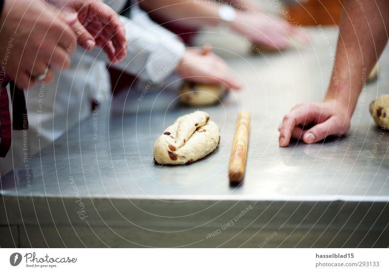 Stollenbäckerei Mensch Hand Freude Leben Holz Gesunde Ernährung Schule Gesundheit Arbeit & Erwerbstätigkeit Lebensmittel Arme Finger genießen Wellness Küche