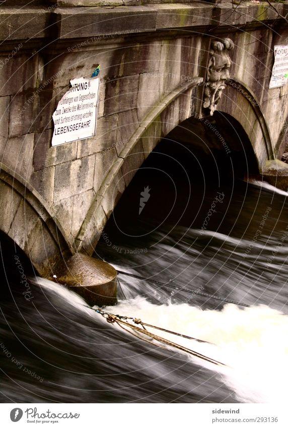 Urban Surf Wasser Stadt dunkel kalt Wand Sport Mauer Schwimmen & Baden Wellen wild Freizeit & Hobby nass Geschwindigkeit Abenteuer Urelemente Brücke