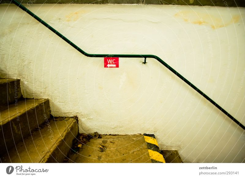 WC Stadt Haus Wand Architektur Gebäude Gesundheit Mauer gehen Fassade Häusliches Leben Treppe Dekoration & Verzierung Schilder & Markierungen Schriftzeichen Hinweisschild Zeichen
