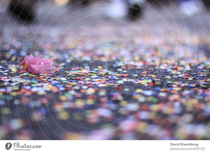Fasching oder Müllsching blau grün weiß rot schwarz gelb Straße Feste & Feiern Party liegen orange rosa Tanzen Boden Papier Müll
