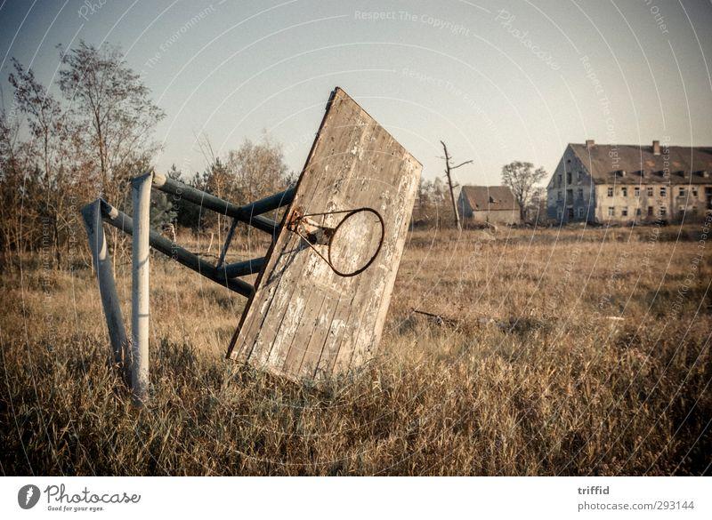 Basket alt Haus dunkel Tod Traurigkeit außergewöhnlich Park Abenteuer kaputt Vergänglichkeit retro Ewigkeit historisch Dorf Vergangenheit Ruine