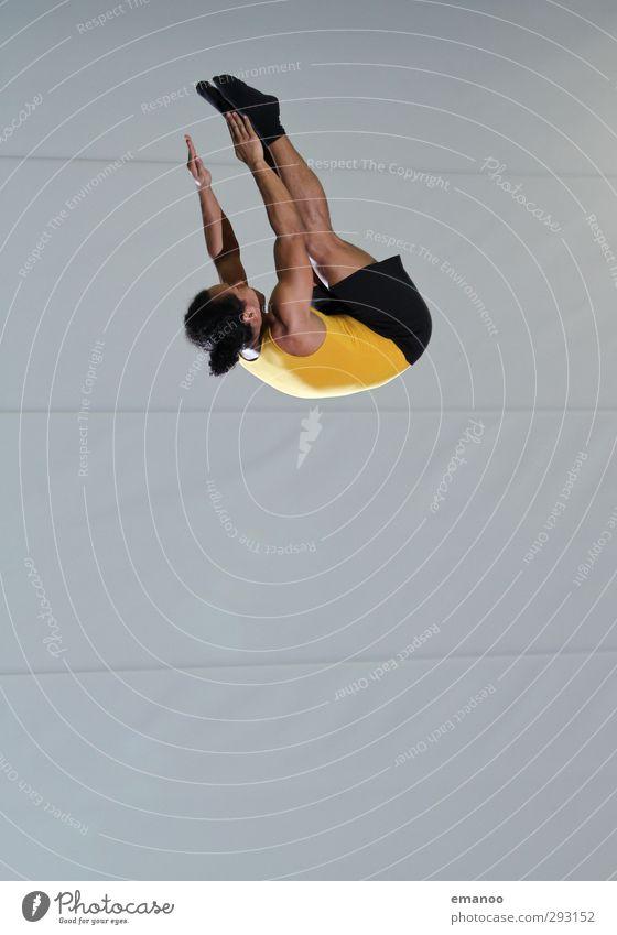 Salto gebückt Mensch Mann Freude Erwachsene Sport Bewegung Stil springen Körper fliegen Kraft hoch Lifestyle Bekleidung Fitness sportlich