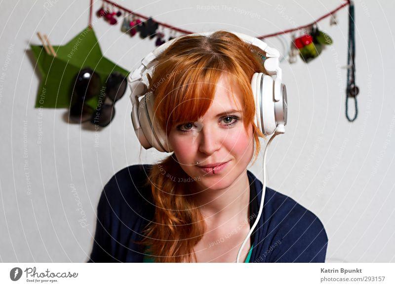 I Wonder Who Is Like This One Mensch feminin Junge Frau Jugendliche 1 18-30 Jahre Erwachsene Accessoire Piercing rothaarig Kopfhörer Musik hören Coolness trendy