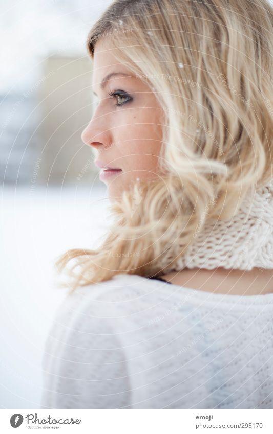curly feminin Junge Frau Jugendliche 1 Mensch 18-30 Jahre Erwachsene blond hell schön Farbfoto Außenaufnahme Tag High Key Schwache Tiefenschärfe Profil