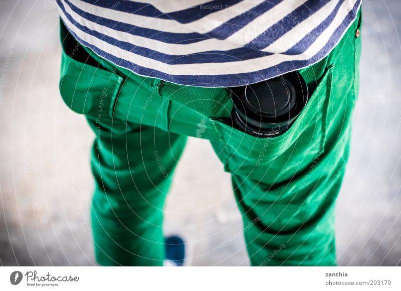 Pocket Lens Mensch grün maskulin Ordnung stehen Perspektive Pause einzigartig Gesäß Idee Schutz Hose Gelassenheit Lager Inspiration gestreift