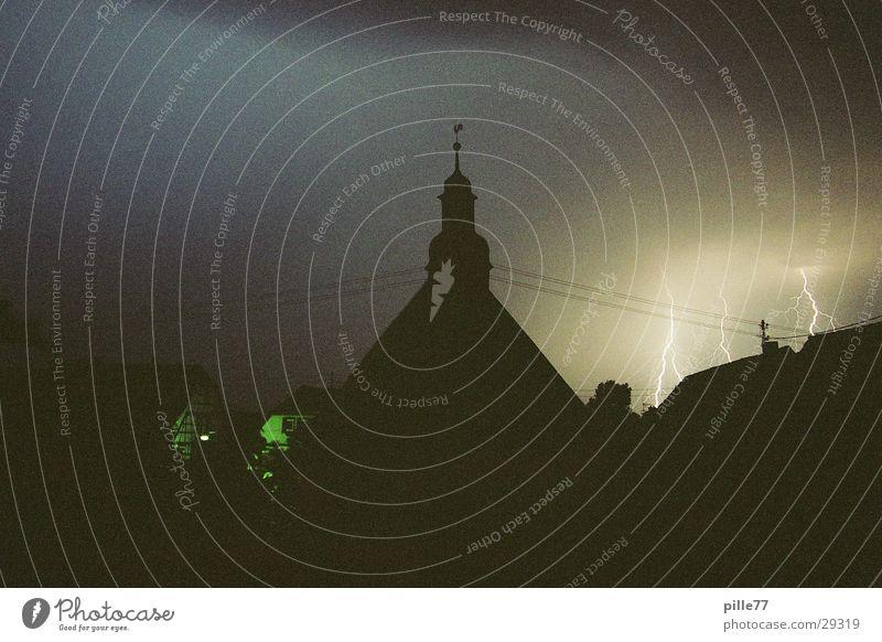 Blitz und Donner 2 Blitze Haus Wolken dunkel Langzeitbelichtung Donner Kirche Amerika