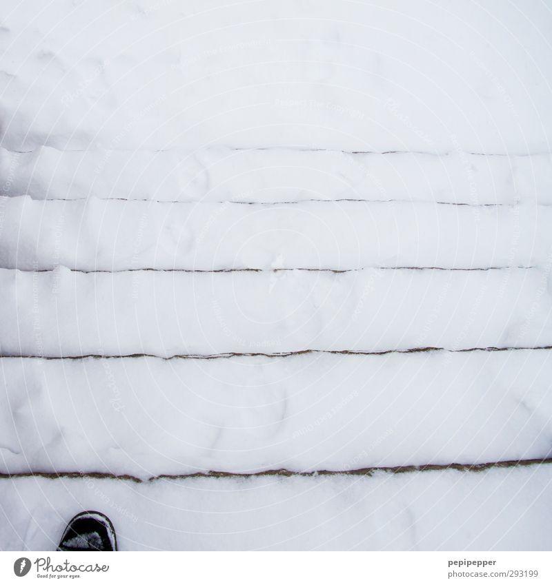 fuß-treppe-schnee maskulin Fuß 1 Mensch Winter Eis Frost Schnee Treppe Fußgänger Schuhe Streifen gehen Schwarzweißfoto Außenaufnahme Tag
