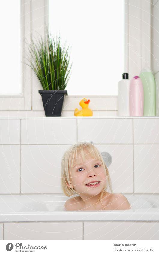 Badetag Körperpflege Wohlgefühl Erholung Schwimmen & Baden Häusliches Leben Wohnung Badewanne feminin Kind Mädchen Kindheit 1 Mensch 3-8 Jahre blond langhaarig