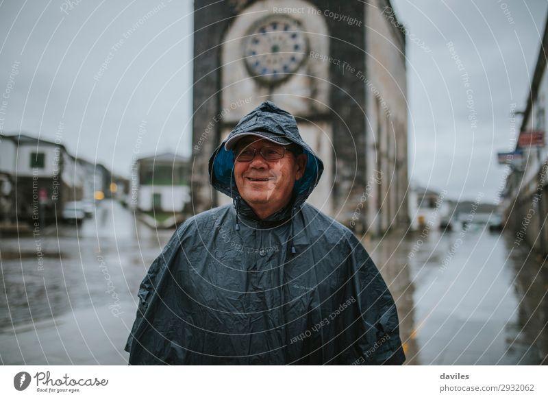 Mensch Ferien & Urlaub & Reisen Mann Wolken Gesicht Lifestyle Erwachsene Leben Senior Tourismus Freizeit & Hobby Regen wandern maskulin Kirche Lächeln