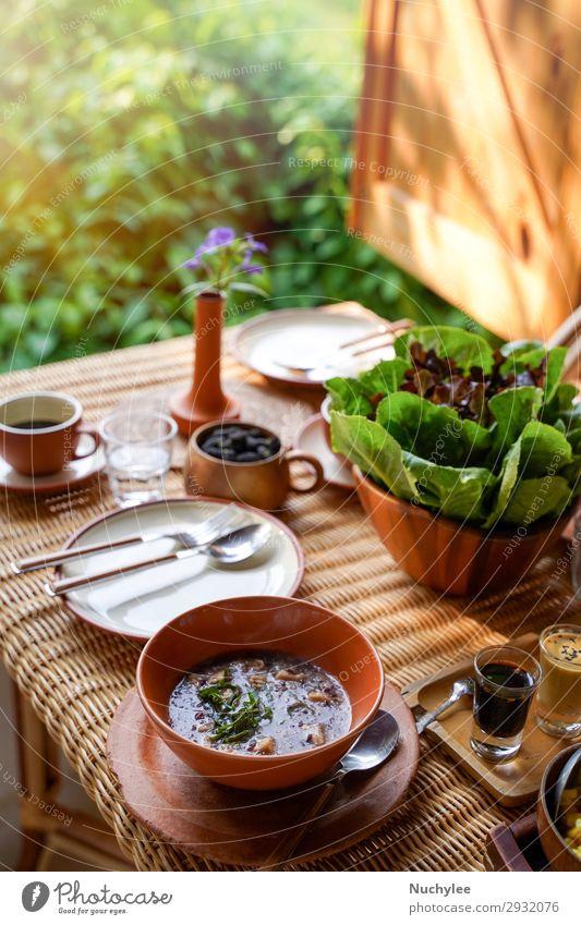 Gesunder Essstil, Frühstück mit leckerem Gemüse Frucht Kräuter & Gewürze Kaffee Teller Lifestyle Wellness Sommer Stuhl Tisch Natur Pflanze Blume Holz frisch