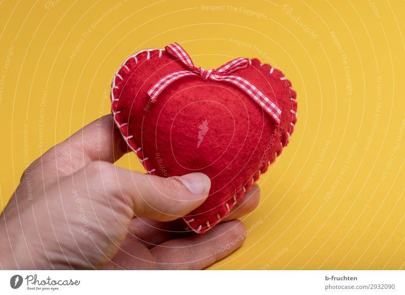 Filzherz Feste & Feiern Valentinstag Geburtstag Hand Finger Zeichen Herz festhalten Liebe gelb rot Romantik Begierde Freundschaft herzförmig Muttertag Farbfoto