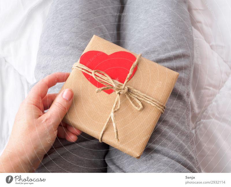 Frau mit Geschenkpaket mit Herz Mensch Hand Freude Erwachsene Leben feminin Freundschaft Geburtstag 45-60 Jahre berühren Neugier Überraschung Vorfreude
