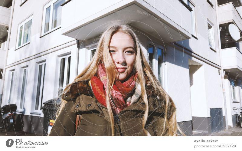urbanes Portrait einer jungen Frau Lifestyle Winter Mensch feminin Junge Frau Jugendliche Erwachsene 1 13-18 Jahre 18-30 Jahre Stadt Haus Straße Jacke Schal
