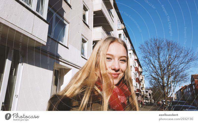 fröhliche junge Frau auf der Straße im Winter Lifestyle Junge Frau Jugendliche authentisch Lächeln Stadtleben Freizeit & Hobby Mensch feminin 13-18 Jahre