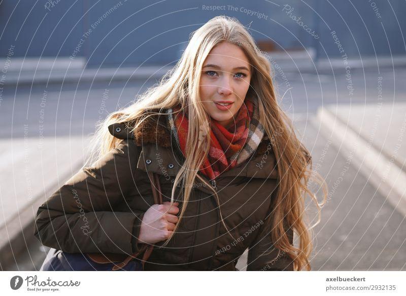 junge Frau am Busbahnhof Lifestyle Winter Mensch feminin Junge Frau Jugendliche Erwachsene 1 13-18 Jahre 18-30 Jahre Stadt Stadtzentrum Personenverkehr