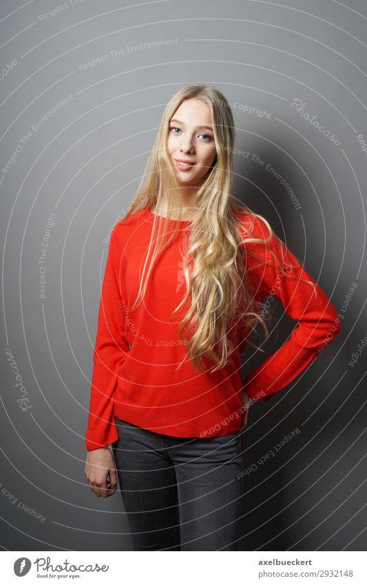 junge Frau mit langen blonden Haaren Lifestyle Mensch feminin Junge Frau Jugendliche Erwachsene 1 13-18 Jahre 18-30 Jahre Mode Jeanshose Pullover