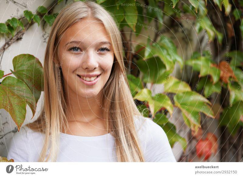 junge Frau vor Wand mit Kletterpflanze Lifestyle Freizeit & Hobby Mensch feminin Junge Frau Jugendliche Erwachsene 1 13-18 Jahre 18-30 Jahre Pflanze Efeu Mauer