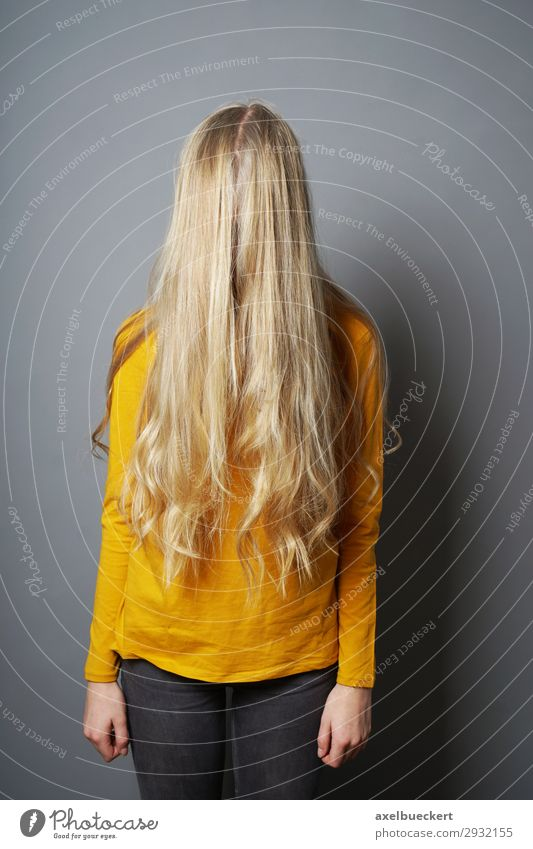 weiblicher Teenager versteckt sich hinter langen blonden Haaren Mensch feminin Mädchen Junge Frau Jugendliche Erwachsene 1 13-18 Jahre 18-30 Jahre