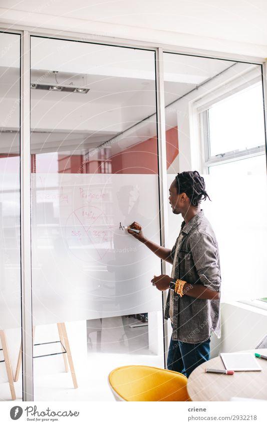 Afrikanischer Geschäftsmann bei einer Konferenz im Besprechungsraum Erwachsenenbildung Lehrer Büro Business Sitzung Mensch Mann verkaufen Idee Amerikaner