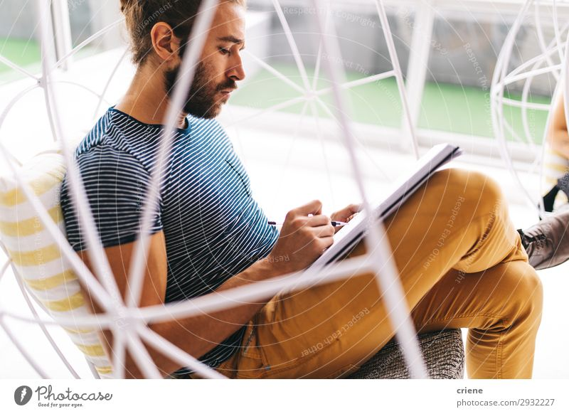 junger Geschäftsmann konzentriert sich auf den Papierkram Mann Hinweis Person Business schreibend Stuhl Büro Arbeitsplatz Schreibstift Zeitplan Planer Konzept