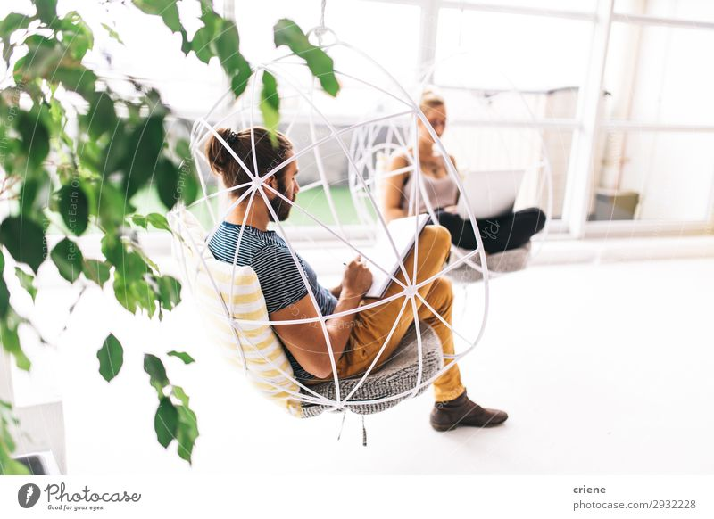 Junge Erwachsene konzentrieren sich auf die Arbeit an einem komfortablen Ort. Erholung Stuhl Arbeit & Erwerbstätigkeit Büroarbeit Business Computer