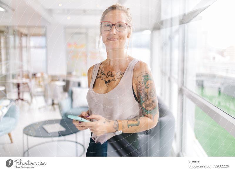 Frau Mensch schön Erwachsene Glück Business Arbeit & Erwerbstätigkeit Büro modern Technik & Technologie Lächeln stehen Fröhlichkeit Aktion lesen Telefon