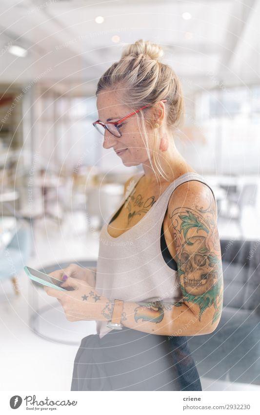 Frau Mensch schön Lifestyle Erwachsene Glück Business Arbeit & Erwerbstätigkeit Büro modern Lächeln planen Telefon Tattoo PDA Text