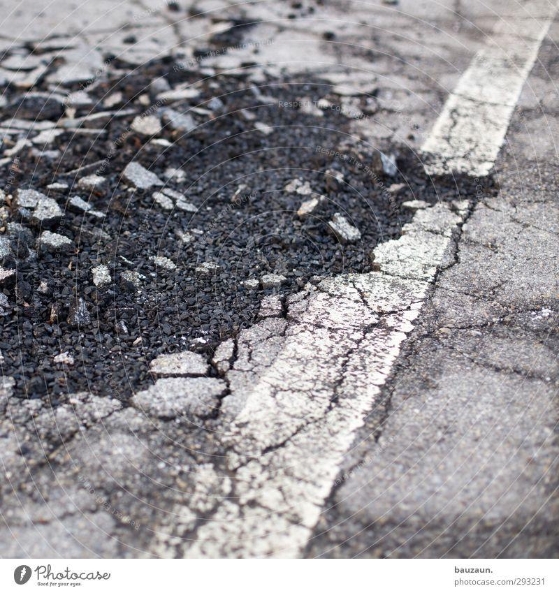 finanzloch. Stadt weiß Straße Wege & Pfade grau PKW Linie Eis gehen Verkehr gefährlich kaputt Streifen Frost Vergänglichkeit Baustelle