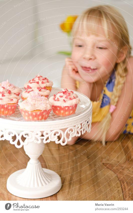 Cupcake-Diebin Mensch Kind Mädchen feminin Essen Kindheit Lebensmittel blond Wohnung Zufriedenheit Lächeln Häusliches Leben Tisch süß genießen Neugier