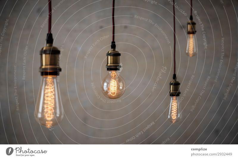 Vintage Edison Glühlampen vor Patina Betonwand Lifestyle Stil Design Häusliches Leben Wohnung Renovieren Umzug (Wohnungswechsel) Innenarchitektur