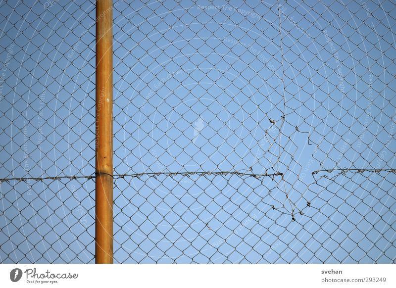 Maschendraht blau Metall orange kaputt Sicherheit einfach Netzwerk Schutz Zaun Barriere Loch Zerstörung graphisch Vernetzung Pfosten