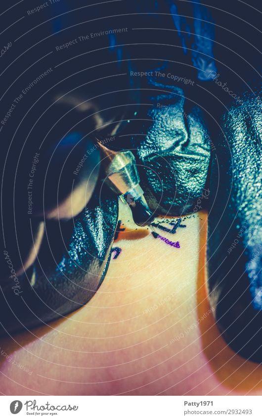 Tattoo Lifestyle Haut Arbeit & Erwerbstätigkeit Beruf Handwerker Tätowierer Kunst Künstler Tätowiernadel Nadel trendy einzigartig Spitze selbstbewußt Coolness