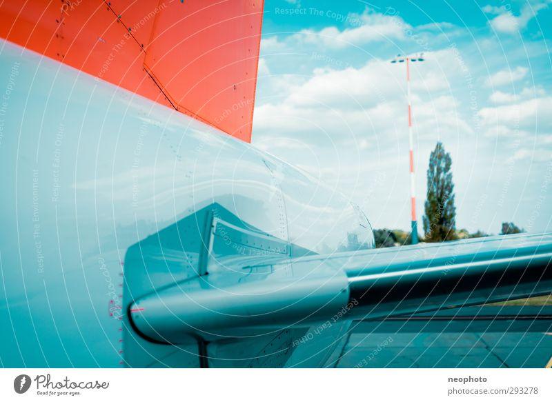Außenborder Verkehrsmittel Luftverkehr Flugzeug Passagierflugzeug Flughafen Flugplatz Landebahn blau orange Himmel Wolken höhenruder Leitwerke Baum Farbfoto