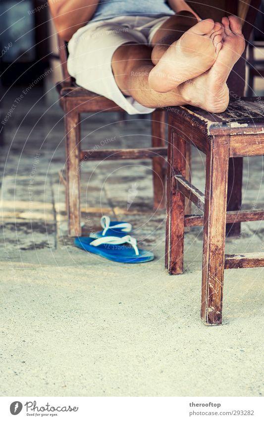 Bleiben Sie ruhig und entspannen Sie sich. Freude Ferien & Urlaub & Reisen Ausflug Sommer Sommerurlaub Mann Erwachsene Körper Beine 1 Mensch genießen sitzen