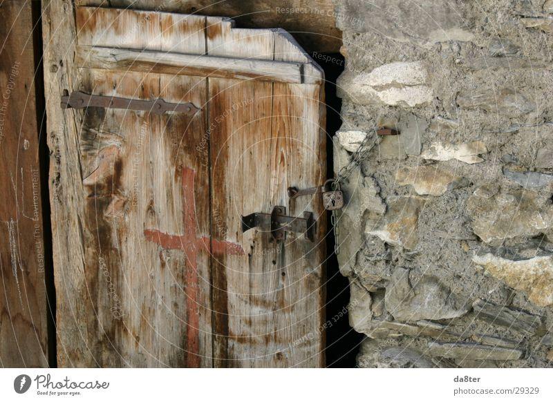 Alte Holztür Holz Stein Tür Burg oder Schloss verfallen historisch Kette Holzbrett Schloss Riegel Scharnier Steinmauer Holztür Vorhängeschloss