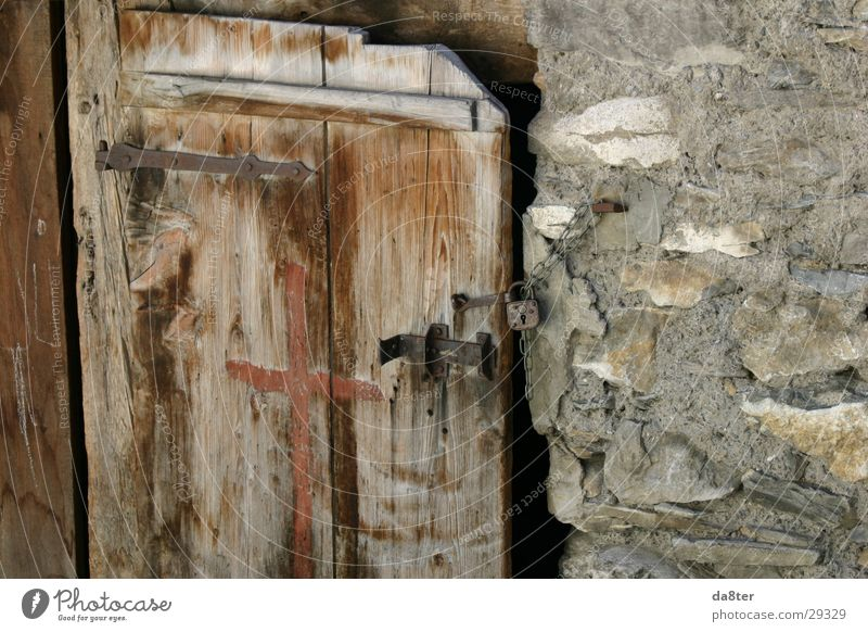 Alte Holztür Riegel Steinmauer Scharnier Vorhängeschloss historisch Tür Burg oder Schloss Holzbrett verfallen Kette