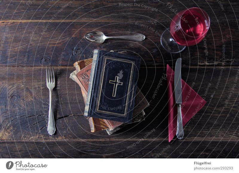 Was setzt die Kirche uns vor? – Abendmahl alt Holz Religion & Glaube Gesunde Ernährung Buch Tisch Wein Kreuz Messer Stapel antik Gabel Löffel Katholizismus