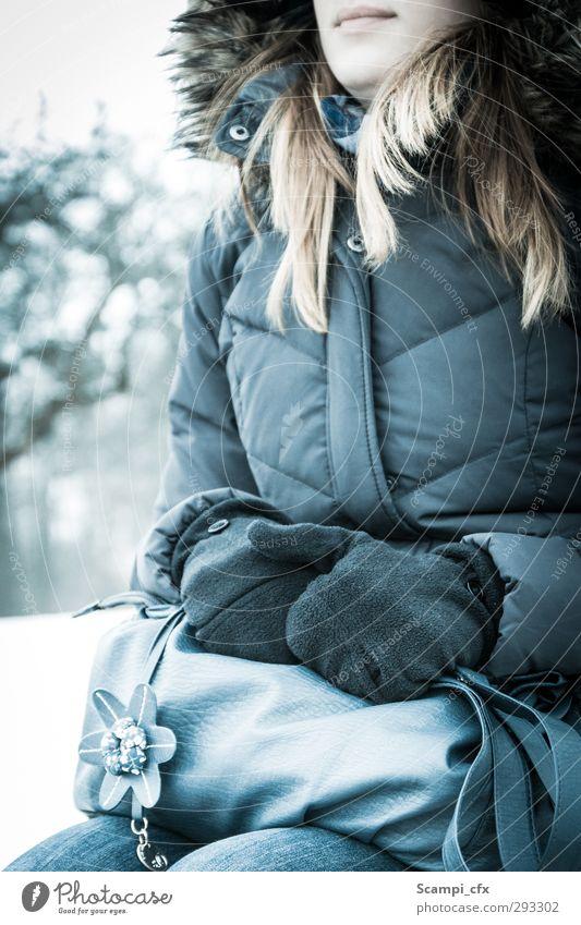 Blüte im Schnee Mensch Jugendliche schön Einsamkeit ruhig Junge Frau Erwachsene Liebe kalt feminin Gefühle 18-30 Jahre Zufriedenheit Perspektive Hoffnung