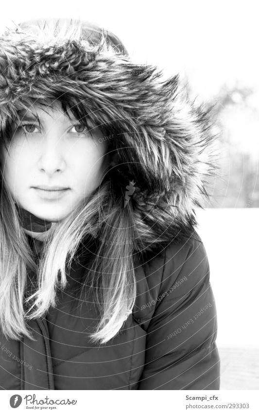 Warm(-herzig) feminin Junge Frau Jugendliche 1 Mensch 18-30 Jahre Erwachsene Pelzmantel brünett langhaarig schön Gefühle Stimmung Zufriedenheit selbstbewußt