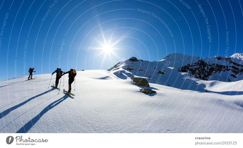 Mensch Himmel Ferien & Urlaub & Reisen Natur Mann blau Landschaft Sonne Winter Berge u. Gebirge Erwachsene Schnee Sport Freiheit Menschengruppe wandern