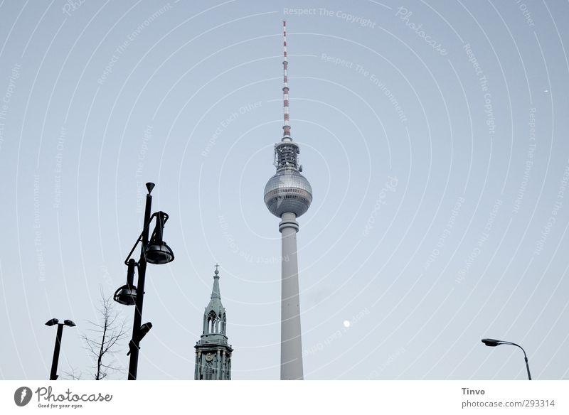 Berlin, Berlin blau schwarz Berlin außergewöhnlich Kirche Straßenbeleuchtung Wolkenloser Himmel Wahrzeichen Mond Sehenswürdigkeit Hauptstadt Berliner Fernsehturm gigantisch Alexanderplatz
