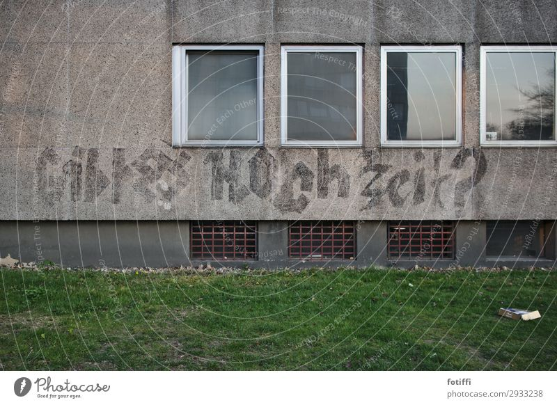 Ja? Fenster Leben Graffiti Wand Liebe Wege & Pfade Glück Gebäude Mauer Fassade grau Schriftzeichen trist leer Studium Information