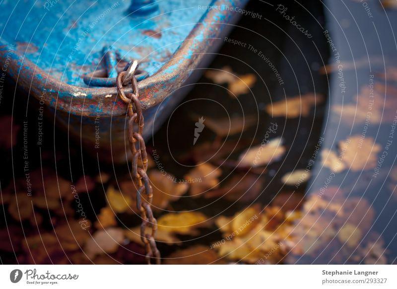 Losmachen. ruhig Tourismus Ausflug Wasser Herbst Seeufer Teich Fluss Fischerdorf Schifffahrt Bootsfahrt Fischerboot Ruderboot nass blau Gelassenheit geduldig