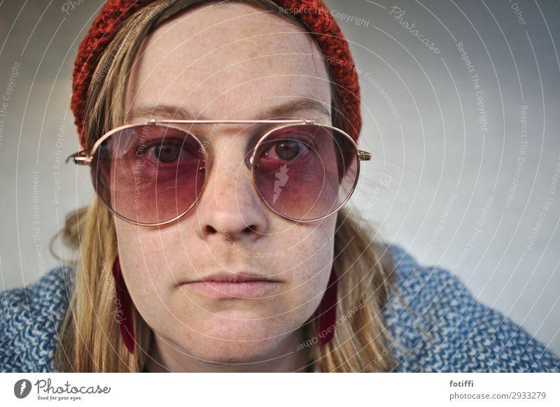 O-O feminin Junge Frau Jugendliche Gesicht 1 Mensch 18-30 Jahre Erwachsene 30-45 Jahre Brille Sonnenbrille Mütze Coolness trendy blau achtsam Neugier Interesse