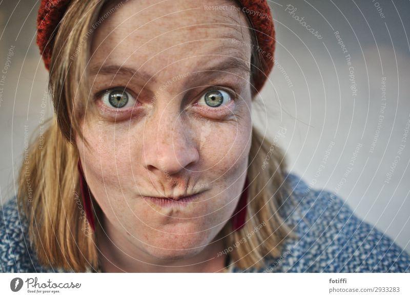 Hmmmm feminin Junge Frau Jugendliche 1 Mensch 18-30 Jahre Erwachsene 30-45 Jahre entdecken Blick Freude Vorsicht Leben Verschmitzt Mütze Fragen offen Neugier