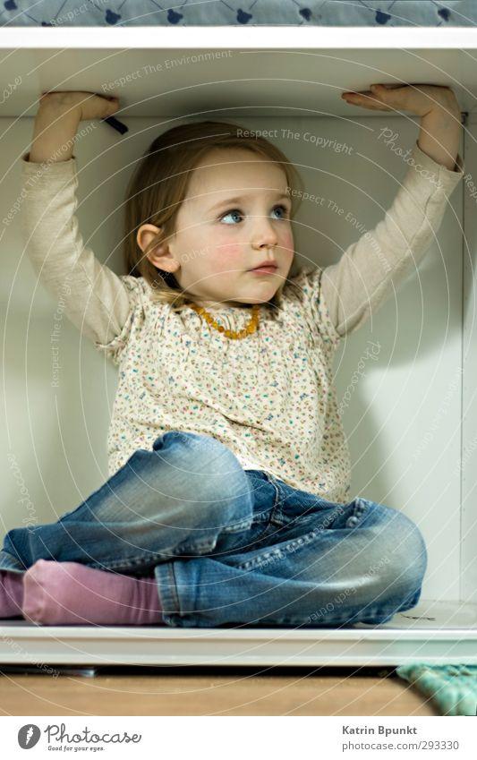out Mensch Kind 1 3-8 Jahre Kindheit blond Traurigkeit niedlich Gefühle Langeweile Einsamkeit Angst Platzangst Frustration Verzweiflung Gedeckte Farben