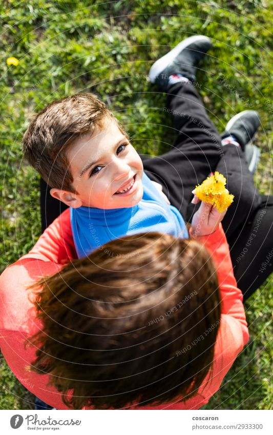 Sohn schenkt seiner Mutter einen Bund Wildblumen. Lifestyle Freude Glück schön Ferien & Urlaub & Reisen Sommer Sommerurlaub Berge u. Gebirge Muttertag Kind
