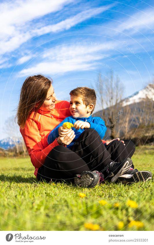 Sohn schenkt seiner Mutter einen Bund Wildblumen. Lifestyle Freude Glück schön Sommer Sommerurlaub Berge u. Gebirge Muttertag wandern Kind Mensch Kleinkind